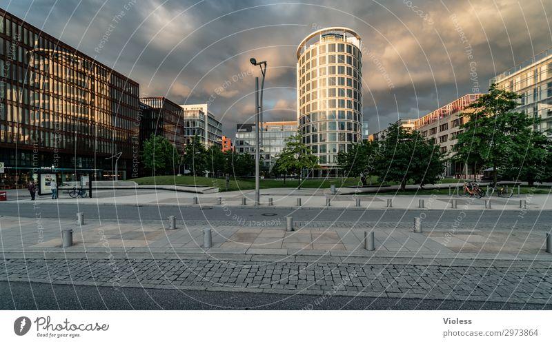 HafenCity Hafencity Hafenstadt Stadtzentrum Hochhaus Park Bauwerk Architektur Fassade entdecken trendy modern Hamburg Wolken Außenaufnahme Licht Schatten