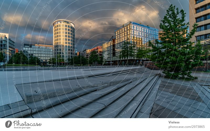 HafenCity III Hafencity Hafenstadt Stadtzentrum Hochhaus Park Bauwerk Architektur Fassade entdecken trendy modern Hamburg Wolken Außenaufnahme Licht Schatten