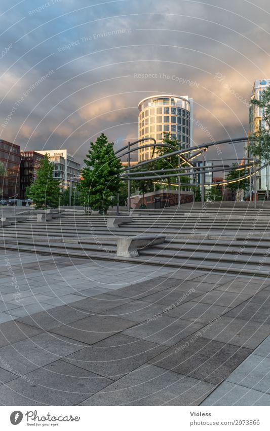 HafenCity II Hafencity Hafenstadt Stadtzentrum Hochhaus Park Bauwerk Architektur Fassade entdecken trendy modern Hamburg Wolken Außenaufnahme Licht Schatten