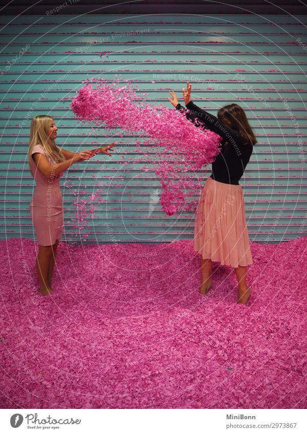 Konfettischlacht in Pink Lifestyle Freude Glück schön Gesundheit Wellness Leben Zufriedenheit Party Feste & Feiern Mensch feminin Junge Frau Jugendliche