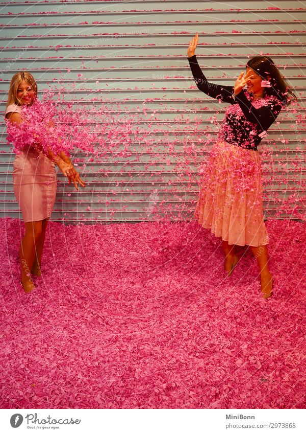 Pinke Konfettischlacht Freude Leben Abenteuer Party Veranstaltung Sport Mensch feminin Junge Frau Jugendliche Freundschaft 2 Mode Rock Kleid Haare & Frisuren