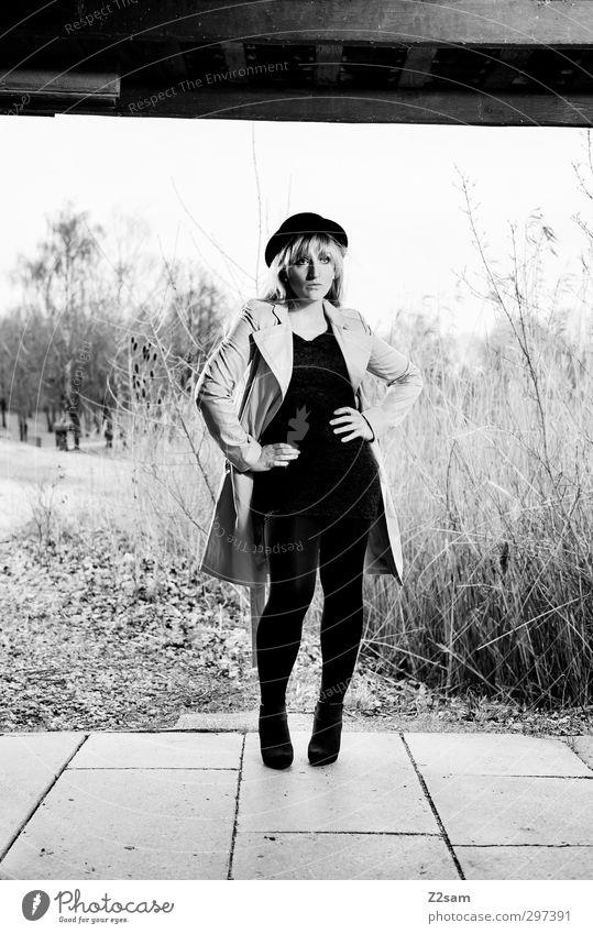 Hut im Schilf Mensch Natur Jugendliche schön Einsamkeit Landschaft ruhig Junge Frau Erwachsene feminin Frühling 18-30 Jahre Stil blond elegant modern