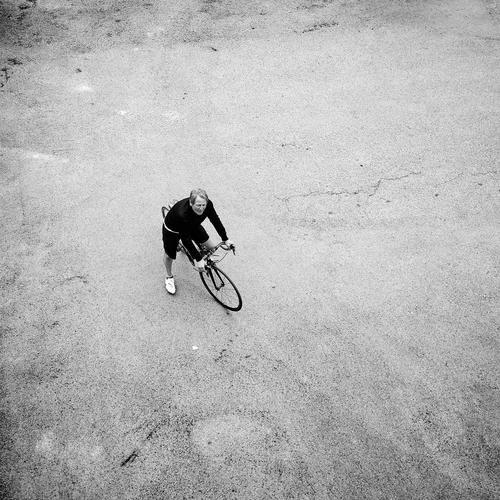 Balkon-Perspektive Freizeit & Hobby Sport Sportler Fahrradfahren maskulin Männlicher Senior Mann 1 Mensch 60 und älter Straße sportlich unten Beginn Pause Beton
