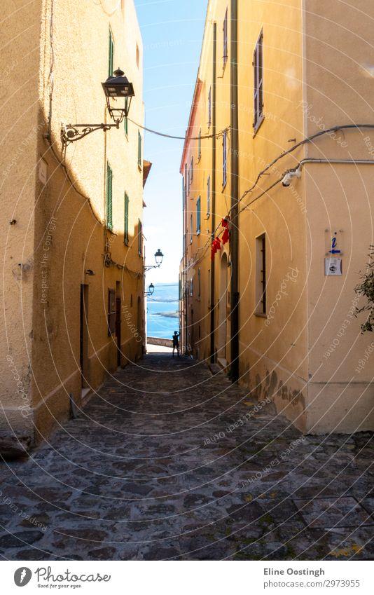 die italienische insel sardinien im mediterranen meer Straße Architektur Großstadt alt Gasse Stadt eng Gebäude Europa Haus Italien reisen Wand antik Stein