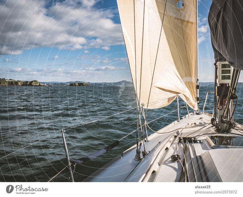 Segelboot im Meer nahe der Küste Erholung Freizeit & Hobby Ferien & Urlaub & Reisen Abenteuer Freiheit Sommer Sport Segeln Himmel Horizont Wind Felsen Verkehr