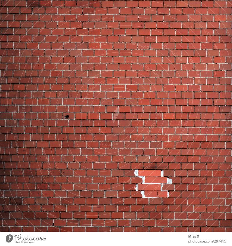 Höhere Wesen befahlen... Haus Mauer Wand kaputt Backstein Backsteinwand Backsteinfassade Backsteinhaus Loch Renoviert Maurerhandwerk Farbfoto Außenaufnahme