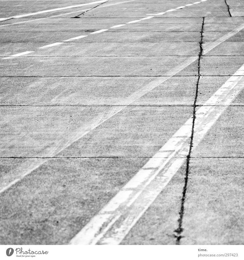 Lebenslinien #63 Wege & Pfade Asphalt Beton Riss Teer Luftverkehr Flughafen Flugplatz Landebahn dreckig einfach historisch dünn Stadt grau weiß authentisch