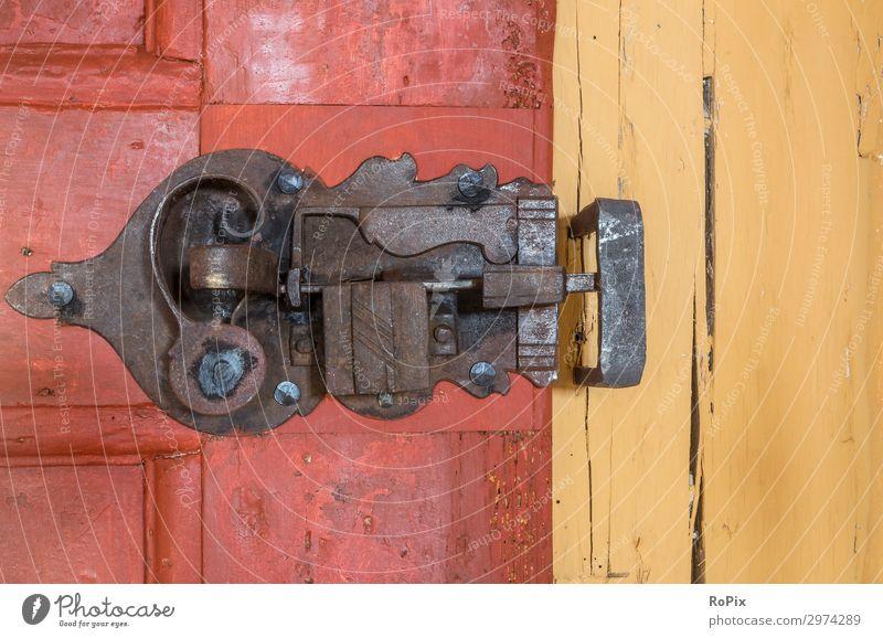 Schmiedeeisernes Schloss in einem historischen Haus. Tür Türschloss Türklinke türbeschlag door Gebäude Holz Eichenholz Eisen alt antik Geschichte schmiedeeisern