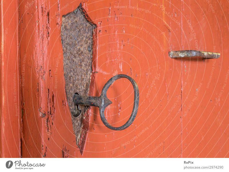 Schmiedeeisernes Schloss in einer historischen Tür. Türschloss Ornamente Türklopfer Türklinke türbeschlag door Gebäude Haus Holz Eichenholz Eisen alt antik