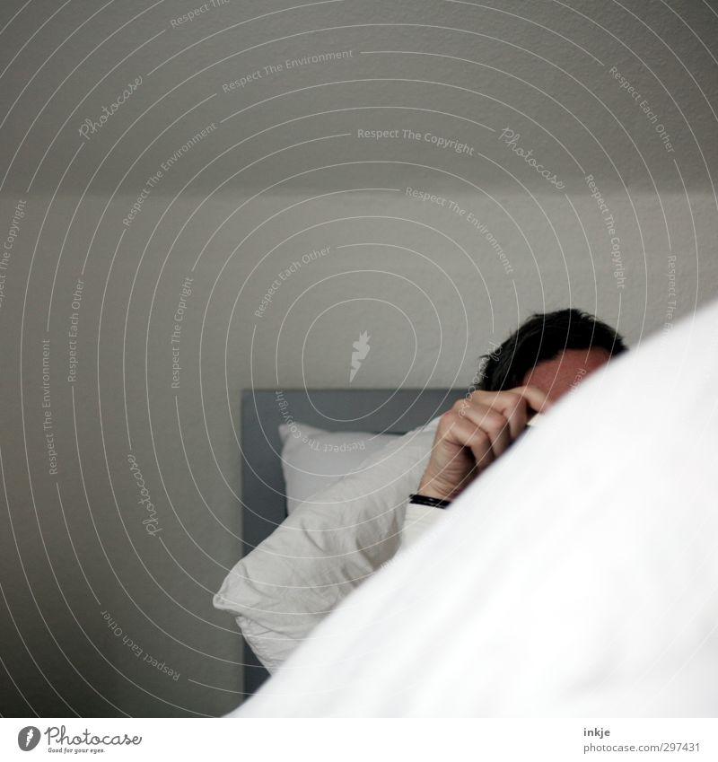 Lesen Lifestyle Erholung ruhig Freizeit & Hobby Häusliches Leben Bett Schlafzimmer Mann Erwachsene Kopf Hand 1 Mensch 30-45 Jahre Buch lesen liegen Farbfoto