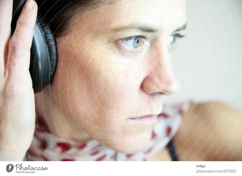 Hören Lifestyle Freizeit & Hobby Musik Frau Erwachsene Leben Gesicht 1 Mensch 30-45 Jahre Musik hören Kopfhörer Gefühle Stimmung Interesse Inspiration