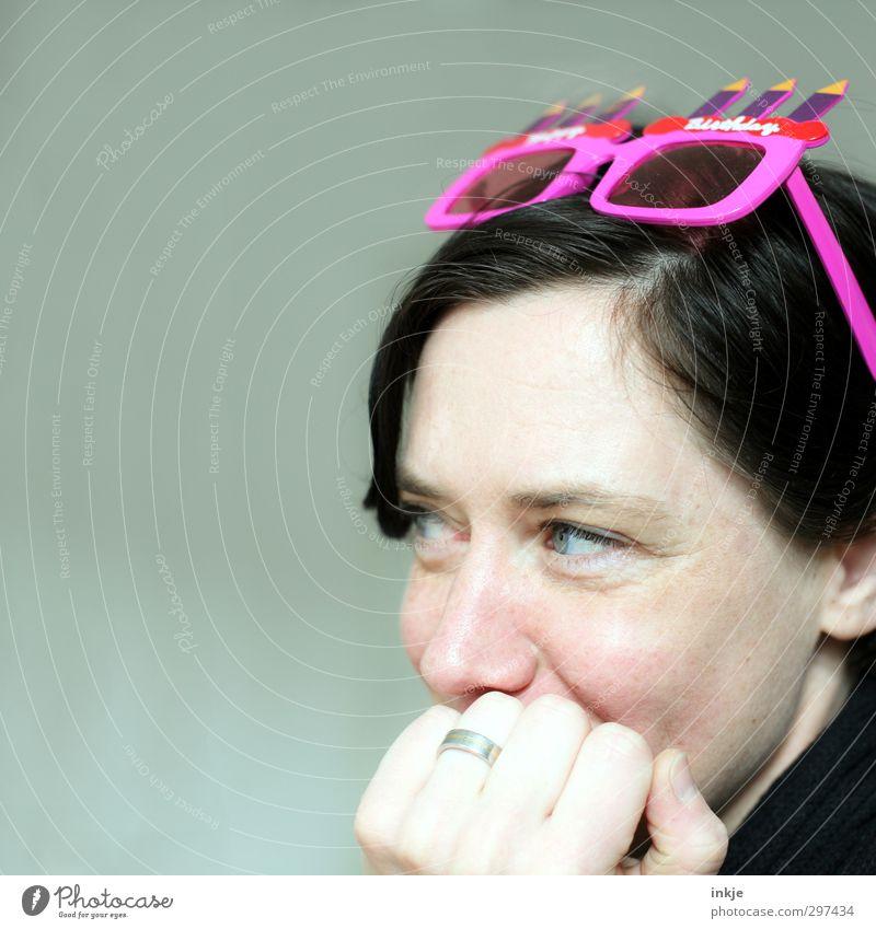 Freuen Freude Freizeit & Hobby Feste & Feiern Geburtstag Frau Erwachsene Leben Gesicht Hand 1 Mensch 30-45 Jahre Accessoire Sonnenbrille Kitsch Krimskrams