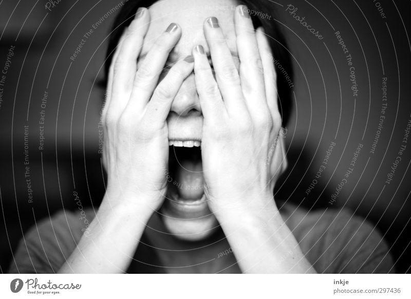 Schreien Frau Erwachsene Leben Gesicht Mund Hand 1 Mensch 30-45 Jahre schreien Gefühle Stimmung Traurigkeit Trauer Schmerz Enttäuschung schuldig Scham Reue