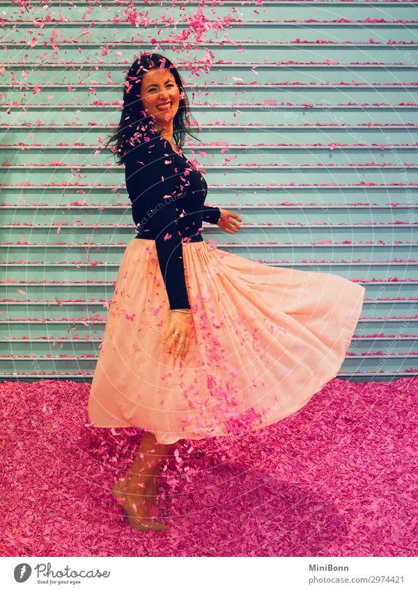 Konfettitanz Tanzen feminin Junge Frau Jugendliche 1 Mensch Tänzer Mode Rock Damenschuhe schwarzhaarig brünett Bewegung Lächeln toben frei Freundlichkeit