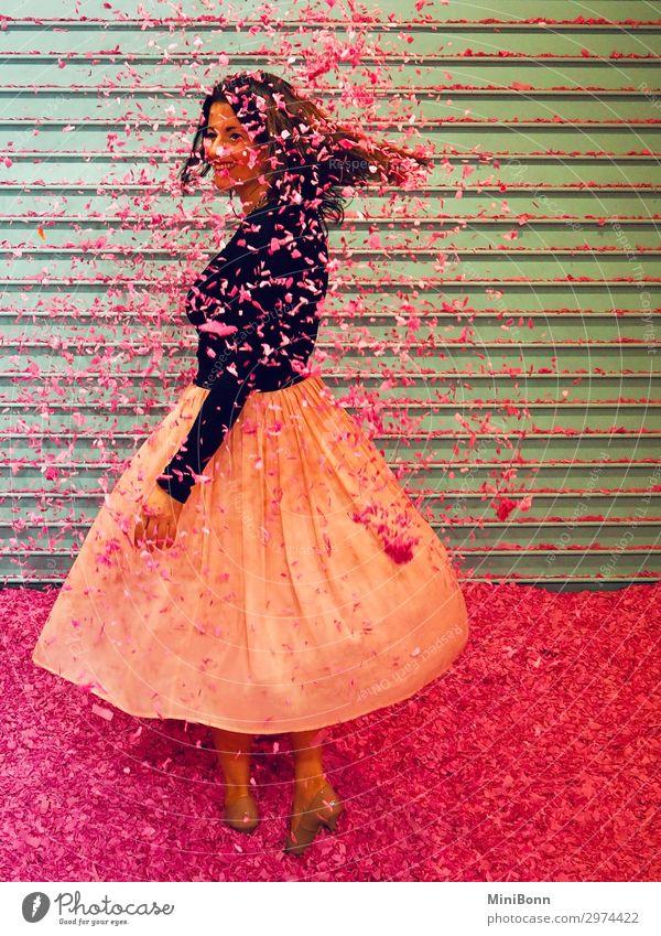 Konfettiregen schön Tanzen feminin Junge Frau Jugendliche 1 Mensch Mode Bekleidung Rock Damenschuhe Lächeln träumen frech frei Freundlichkeit Fröhlichkeit