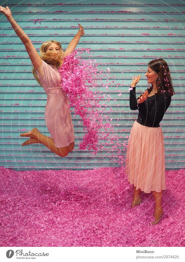 Konfetti steht ihr gut schön Zufriedenheit Freizeit & Hobby Spielen Mensch feminin Freundschaft 2 Mode Bekleidung Rock Kleid Haare & Frisuren fliegen springen