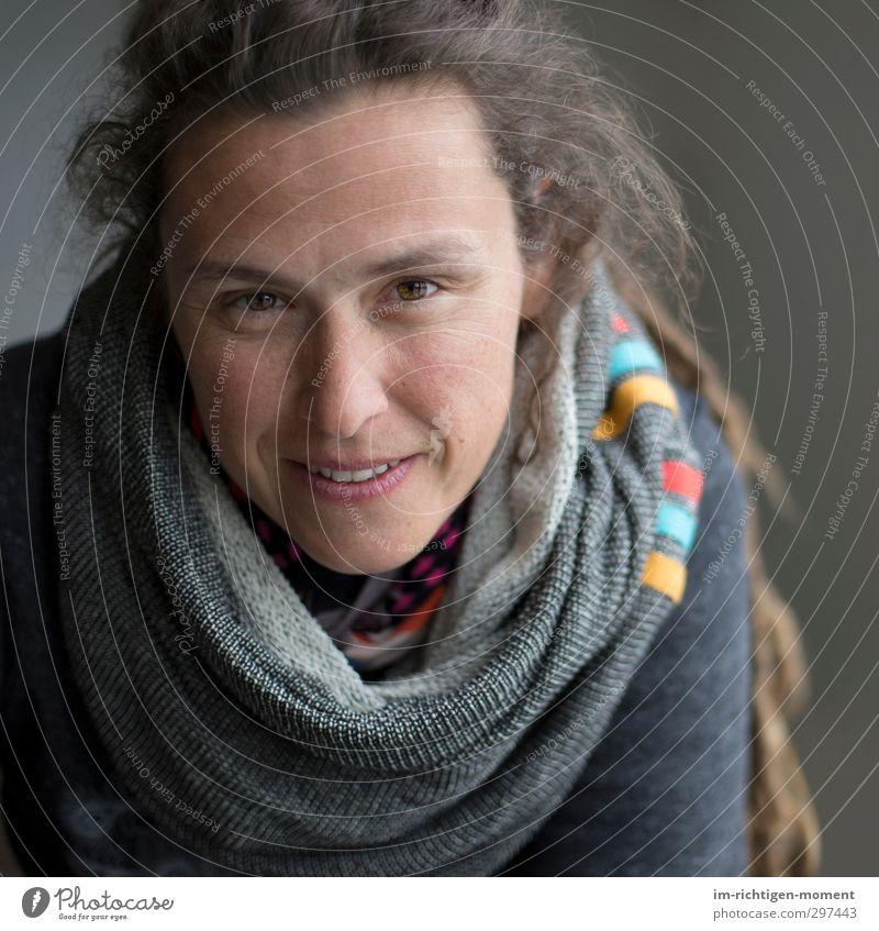 Rømø - Die Gedanken schweifen lassen Mensch Frau Erwachsene Leben Gesicht 1 30-45 Jahre Bekleidung Pullover Stoff brünett langhaarig Zopf Rastalocken beobachten