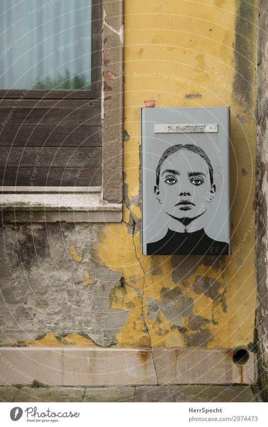 Postal beauty Kunst Bauwerk Mauer Wand Fenster Graffiti trendy schön trashig trist Stadt Gesicht Junge Frau Farbfoto Gedeckte Farben Außenaufnahme Nahaufnahme