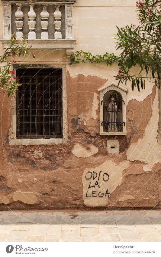 Vielleicht hilft nur noch Beten? Venedig Altstadt Mauer Wand Fenster Schriftzeichen Graffiti Armut rebellisch trashig trist Stadt braun Wut Hass rebellieren