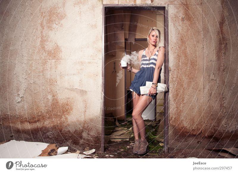 #232806 Mensch Frau schön Erwachsene Leben Stil Mode Arbeit & Erwerbstätigkeit blond Wohnung Tür warten stehen Getränk Studium Coolness