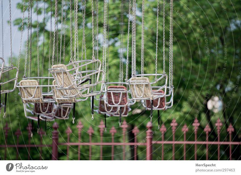 Ruhetag Freizeit & Hobby Baum Park Vorfreude stagnierend Vergnügungspark Prater Kettenkarussell Karussell Sitz Menschenleer Zaun Schweben Farbfoto