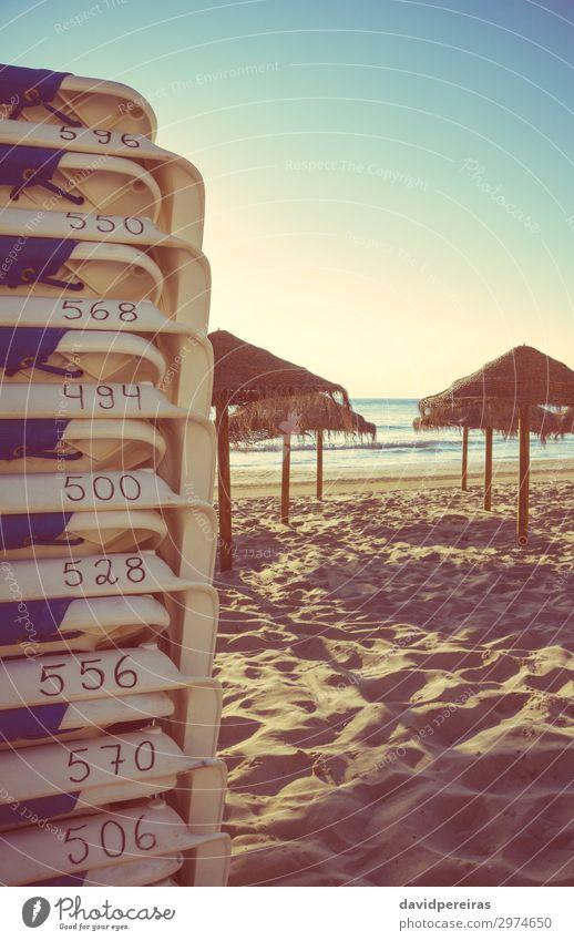 Strandkörbe und Holzschirme am leeren Strand exotisch schön Erholung Ferien & Urlaub & Reisen Tourismus Sommer Sonne Meer Insel Stuhl Natur Landschaft Sand