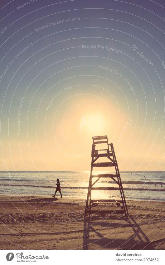 Baywatch Stuhl am Strand bei Sonnenuntergang im Sommer schön Leben Ferien & Urlaub & Reisen Meer Insel Mensch Frau Erwachsene Natur Landschaft Sand Himmel Wärme
