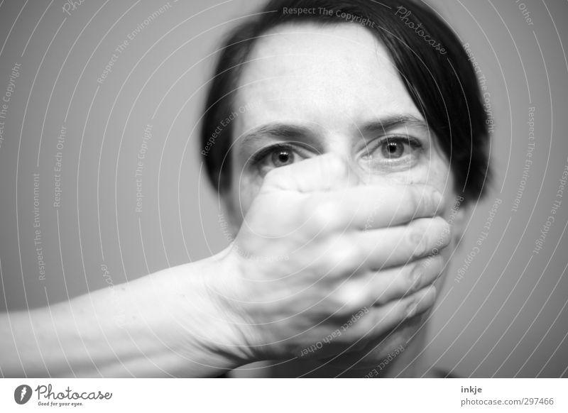 schweigen Frau Erwachsene Gesicht Auge Hand 1 Mensch 30-45 Jahre schwarzhaarig kurzhaarig Scheitel festhalten Blick Gefühle Stimmung Selbstbeherrschung