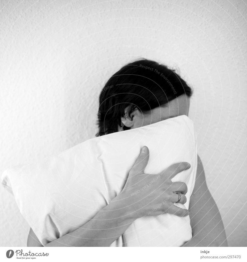schämen Frau Erwachsene Leben Kopf Haare & Frisuren Hand 1 Mensch Kopfkissen festhalten Traurigkeit Gefühle Stimmung Trauer Liebeskummer Müdigkeit Unlust