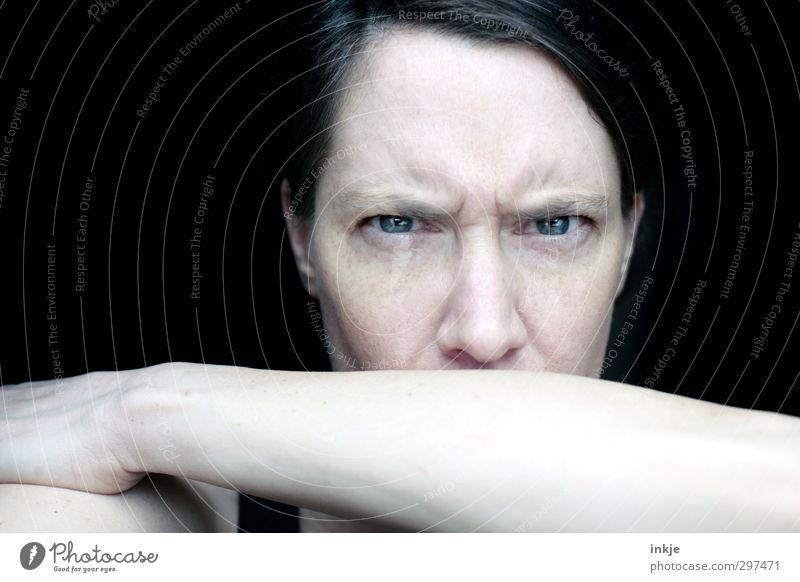 ärgern Frau Erwachsene Leben Gesicht Auge 1 Mensch 30-45 Jahre Kommunizieren Blick Wut Gefühle Stimmung Ärger gereizt Frustration Stirnfalte Gesichtsausdruck