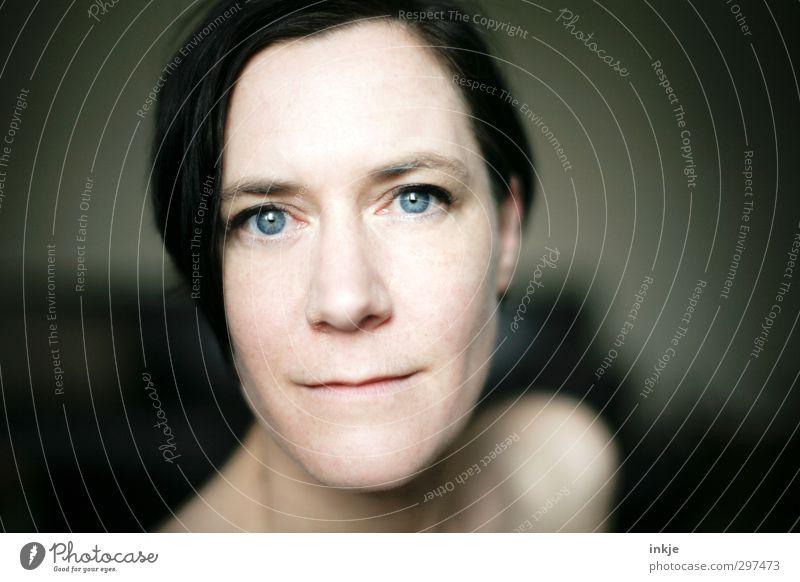 zufrieden sein schön Gesicht Wohlgefühl Zufriedenheit Frau Erwachsene Leben 1 Mensch 30-45 Jahre Blick Freundlichkeit nah feminin blau Gefühle Stimmung