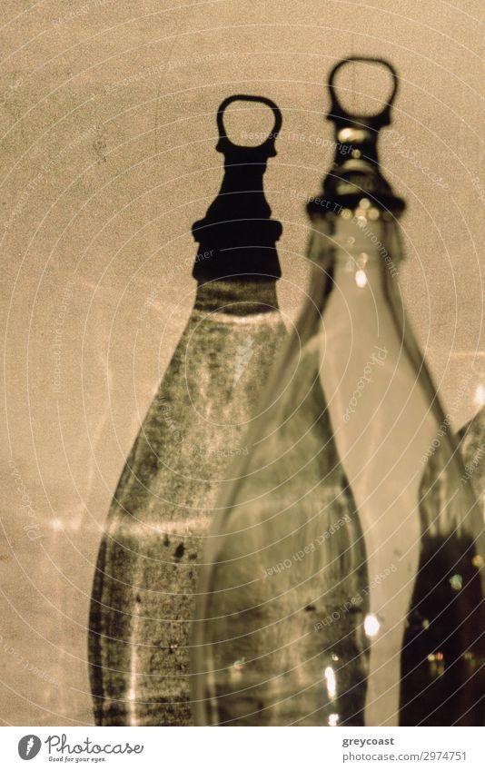 Zwilling oder Schatten Flasche schön dünn leer graphisch Flaschenverschluss Bruchstück Wand Licht Schärfe Monochrom Stillleben keine Person vertikal