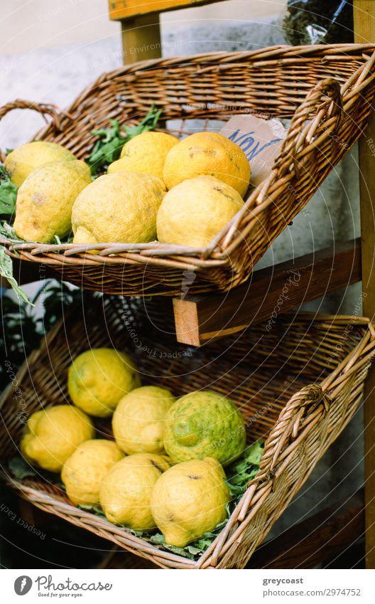 Zitronen auf einer Straße in Neapel Frucht gelb Zitrusfrüchte Napoli Italien Korb Markt Ablage Kiste keine Person Stillleben reif vertikal Farbfoto