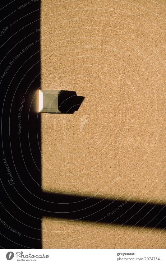 Ein sehr einsamer Lichtschalter Schloss glänzend beige hellbraun Ocker Geometrie Schalter Trennschalter Quadrat minimalistisch Linien Innenbereich Dekor