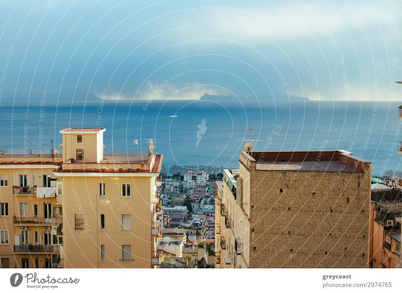 Meer und Neapel Küste mit Häusern, Italien Haus Himmel Wolken Stadt Gebäude Architektur Fenster hoch Stadtbild Bucht Napoli Küstenstreifen heimwärts Cottage
