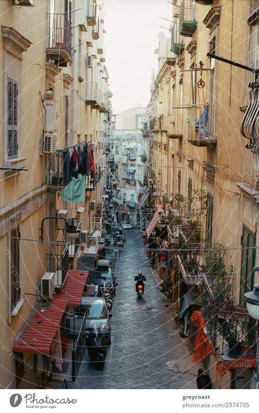 Enge Straße in Neapel mit alten Häusern, Italien. Motorrad fahren entlang der Gasse. Leinen hängen auf den Balkonen Haus Mann Erwachsene Stadt Gebäude