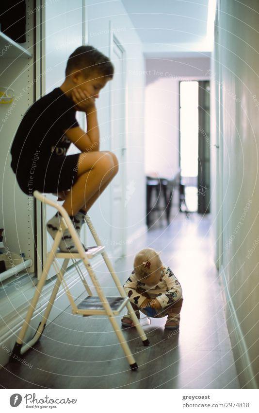 Eine Szene in einem Korridor Leben Freizeit & Hobby Spielen Kind Mensch Baby Mädchen Junge Bruder Schwester 2 Freundlichkeit Fröhlichkeit Stimmung Geschwister