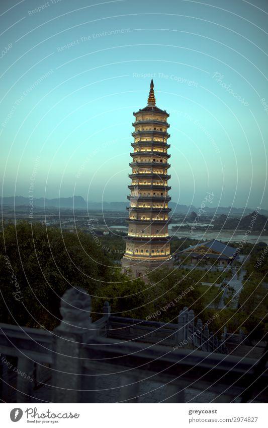 Bai Dinh Pagode in Vietnam. Abendansicht gegen den Himmel und die grüne Landschaft Vietnams. Religiöser Komplex in Ninh Binh Ferien & Urlaub & Reisen Tourismus