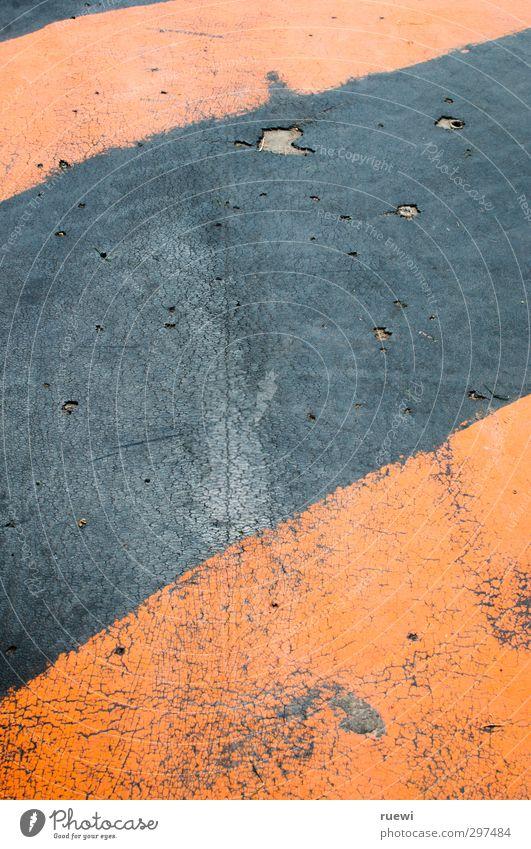 Holes and stripes alt rot schwarz orange Angst verrückt gefährlich ästhetisch Hinweisschild kaputt Bodenbelag bedrohlich Sicherheit Streifen Baustelle Zeichen