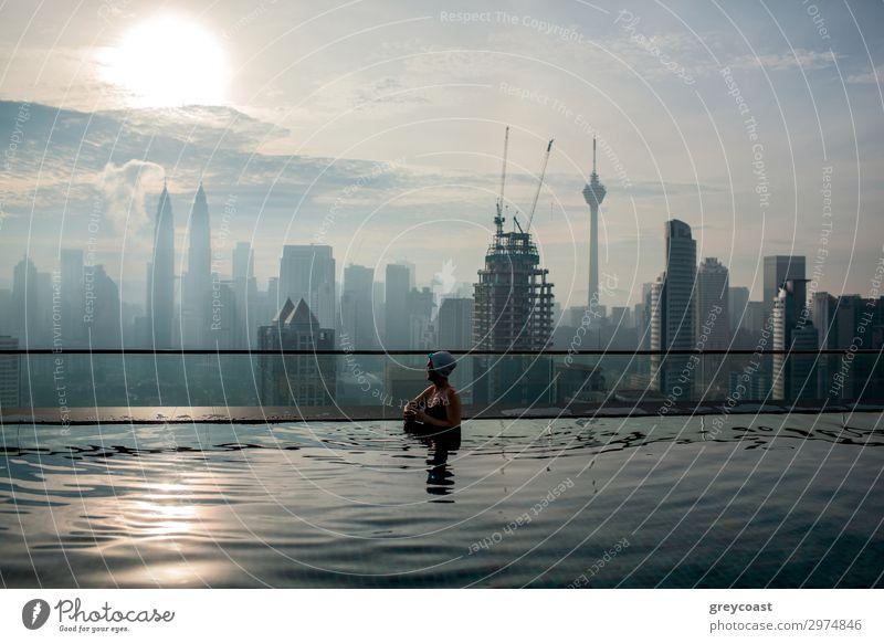 Entspannen Sie sich im Pool und genießen Sie das Stadtpanorama. Reichtum Erholung Schwimmbad Mensch Frau Erwachsene 1 Hochhaus Gebäude Architektur Kuala Lumpur