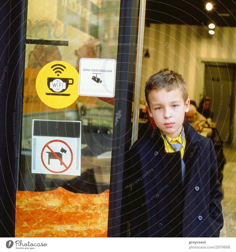 Schulkind an der Eingangstür des Cafés Kind Schüler Mensch maskulin Junge 1 3-8 Jahre Kindheit Tier Mantel kurzhaarig elegant frei trendy fleißig diszipliniert