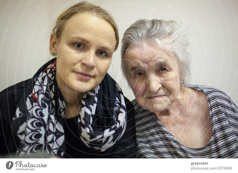 Ein Doppelporträt einer jungen Frau und ihrer Großmutter Leben Mensch feminin Junge Frau Jugendliche Erwachsene Weiblicher Senior Familie & Verwandtschaft 2