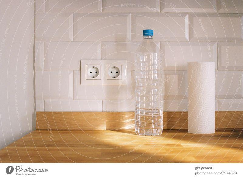 Reiner Küchenminimalismus Häusliches Leben Wohnung Verpackung Paket Backstein dünn Sauberkeit weiß Stillleben weiße Wand Küchenpapier Kunststoffflasche