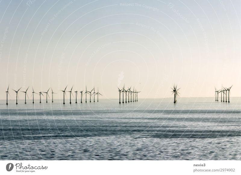 Windkraftanlagen Technik & Technologie Energiewirtschaft Erneuerbare Energie Energiekrise Industrie Urelemente Luft Wasser Wolkenloser Himmel Klimawandel Wellen