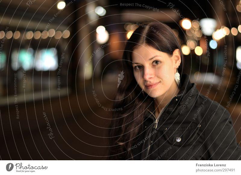 lights feminin Junge Frau Jugendliche Gesicht 1 Mensch 18-30 Jahre Erwachsene Kleinstadt brünett langhaarig genießen Lächeln Farbfoto Gedeckte Farben