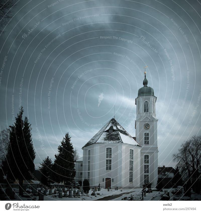 Winterkirche Himmel Wolken Pflanze Baum Friedhof Grab Grabstein Kirche Bauwerk Gebäude Traurigkeit Trauer Tod Hoffnung Horizont Religion & Glaube