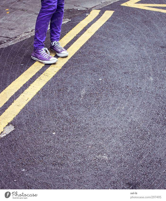Mensch Kind Jugendliche Stadt Einsamkeit Mädchen 18-30 Jahre Erwachsene gelb Straße feminin grau Beine Mode 13-18 Jahre Beton