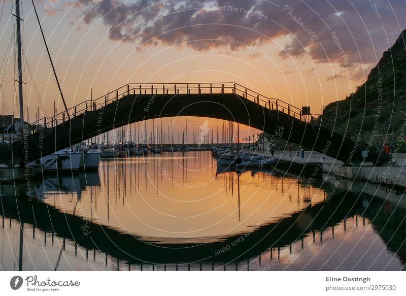 Schöner Blick auf Brücke in mittelalterlichen Stadt Castelsardo bei Sonnenuntergang, Provinz Sassari, Sardinien, Italien. Farbenfrohes Foto von wunderschöner italienischer Stadt. Beliebtes Reiseziel. Mittelmeer Meeresküste.