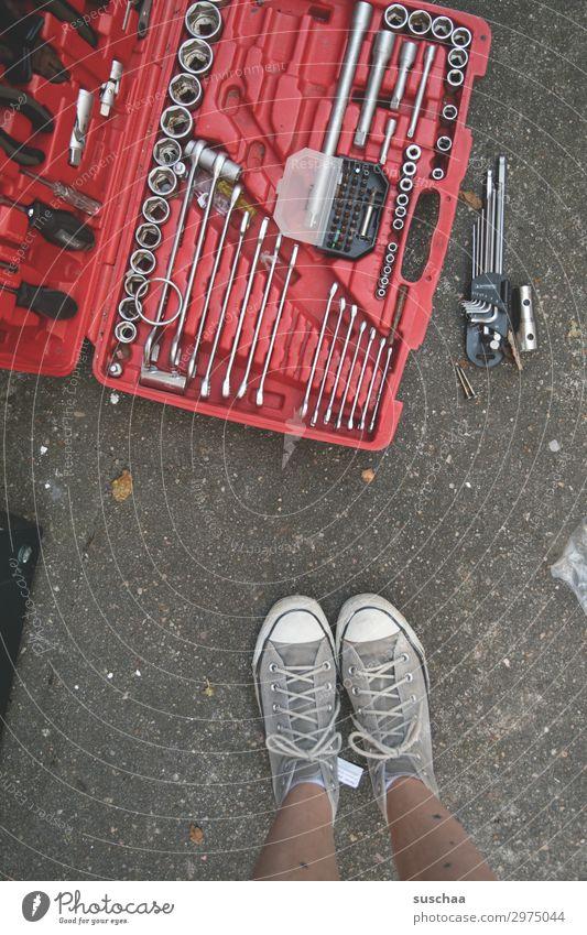 reparaturbedürftig Freizeit & Hobby heimwerken Renovieren Dienstleistungsgewerbe Handwerk Werkzeug Motor Getriebe feminin Beine Fuß warten kaputt Optimismus