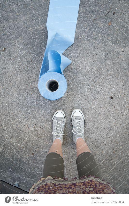 von der rolle Frau Straße Arbeit & Erwerbstätigkeit dreckig stehen Papier Reinigen Sauberkeit Asphalt Turnschuh Hinterhof Rolle Reparatur Wischen
